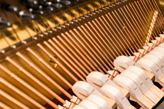 piano strings difference between a piano and a keyboard